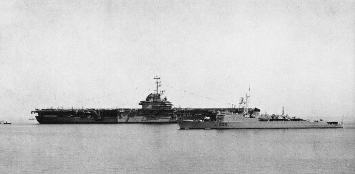 HMCS Crusader junto al USS Bennington (CVA-20)