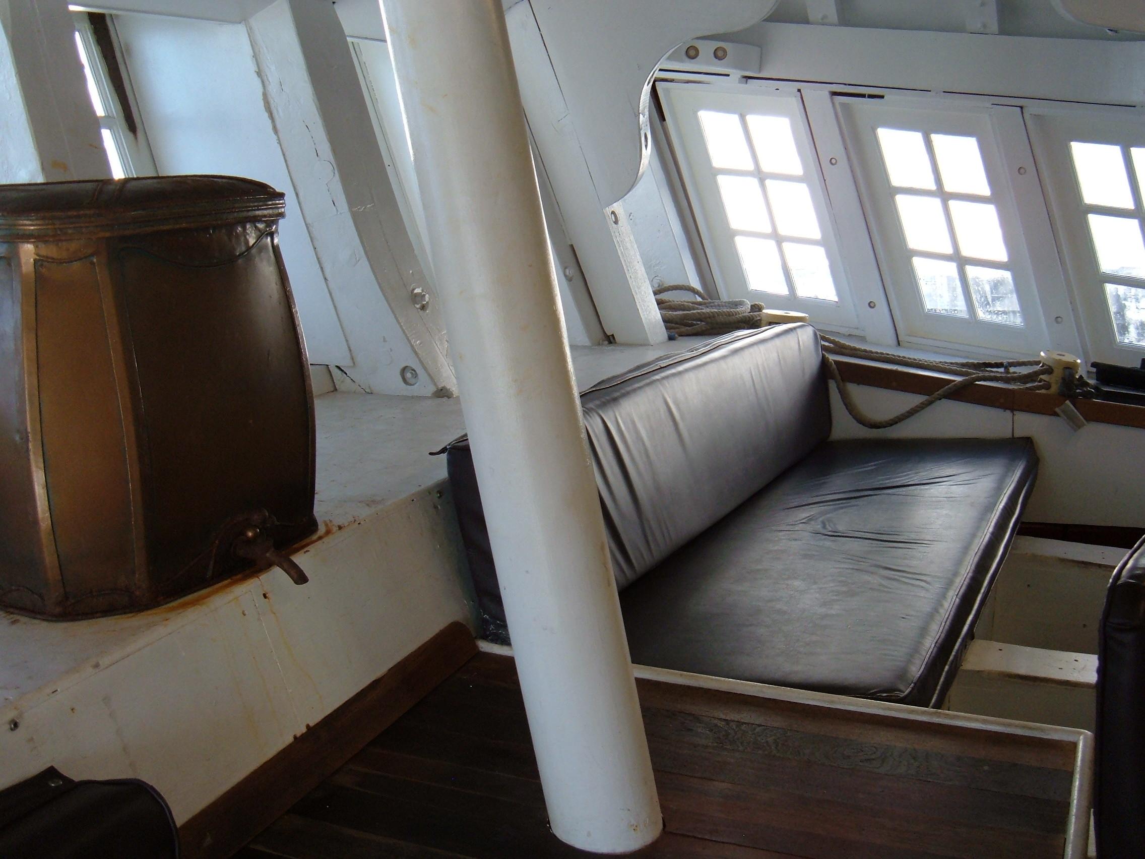 File hms surprise replica ship captain 39 s cabin 5 jpg for Captain s cabin
