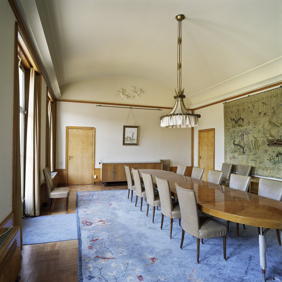 Bestand:Interieur, overzicht van de eetkamer met wandtapijt en ...