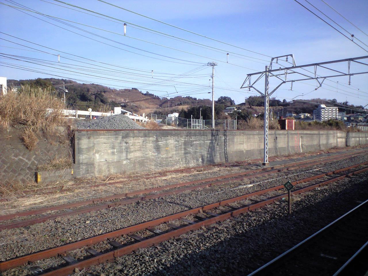 https://upload.wikimedia.org/wikipedia/commons/1/1c/JR-manazuru-station-3.jpg