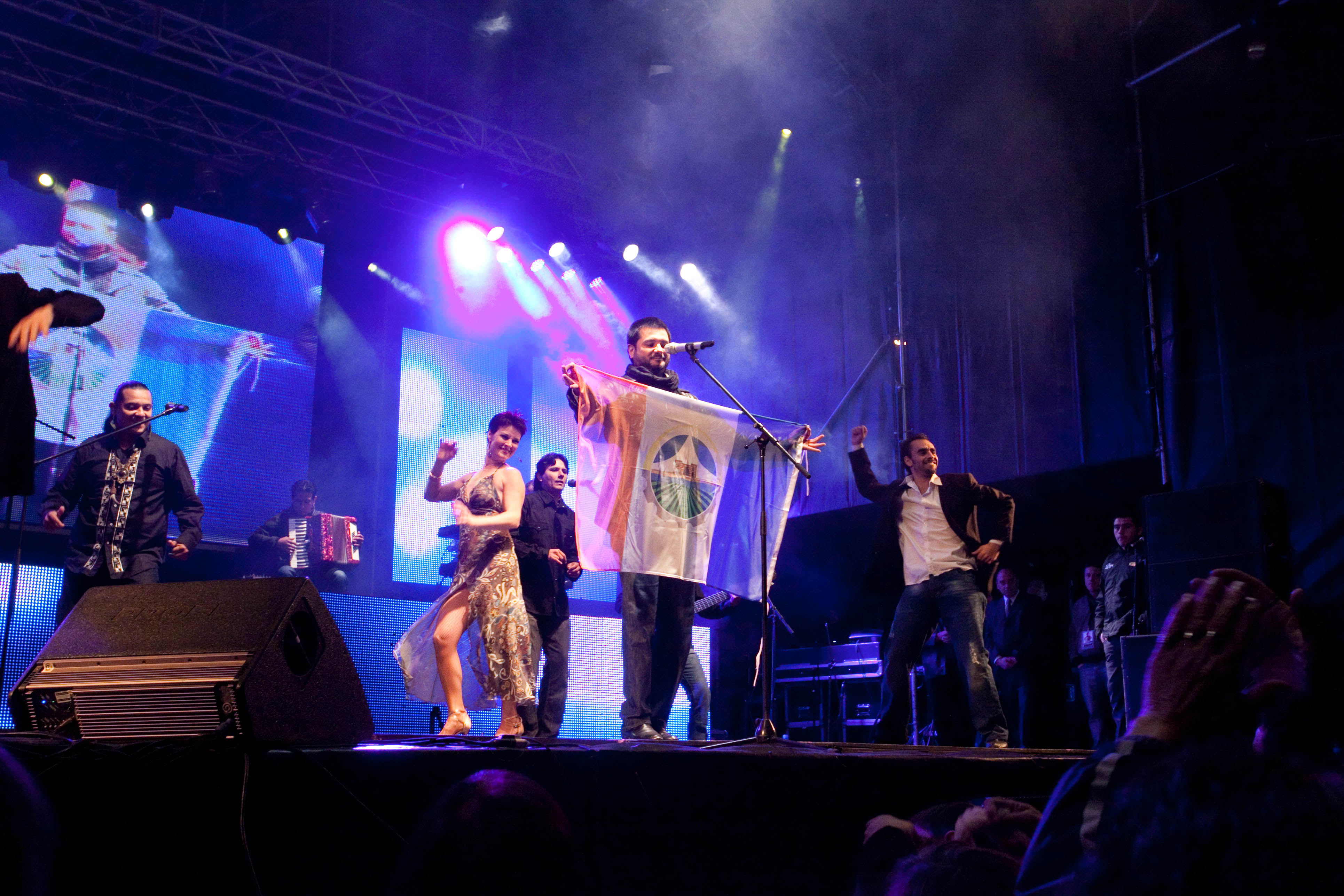 Jorge Rojas en la Fiesta del Bicentenario de Carmen de Areco con la Bandera de la Ciudad, 2010.