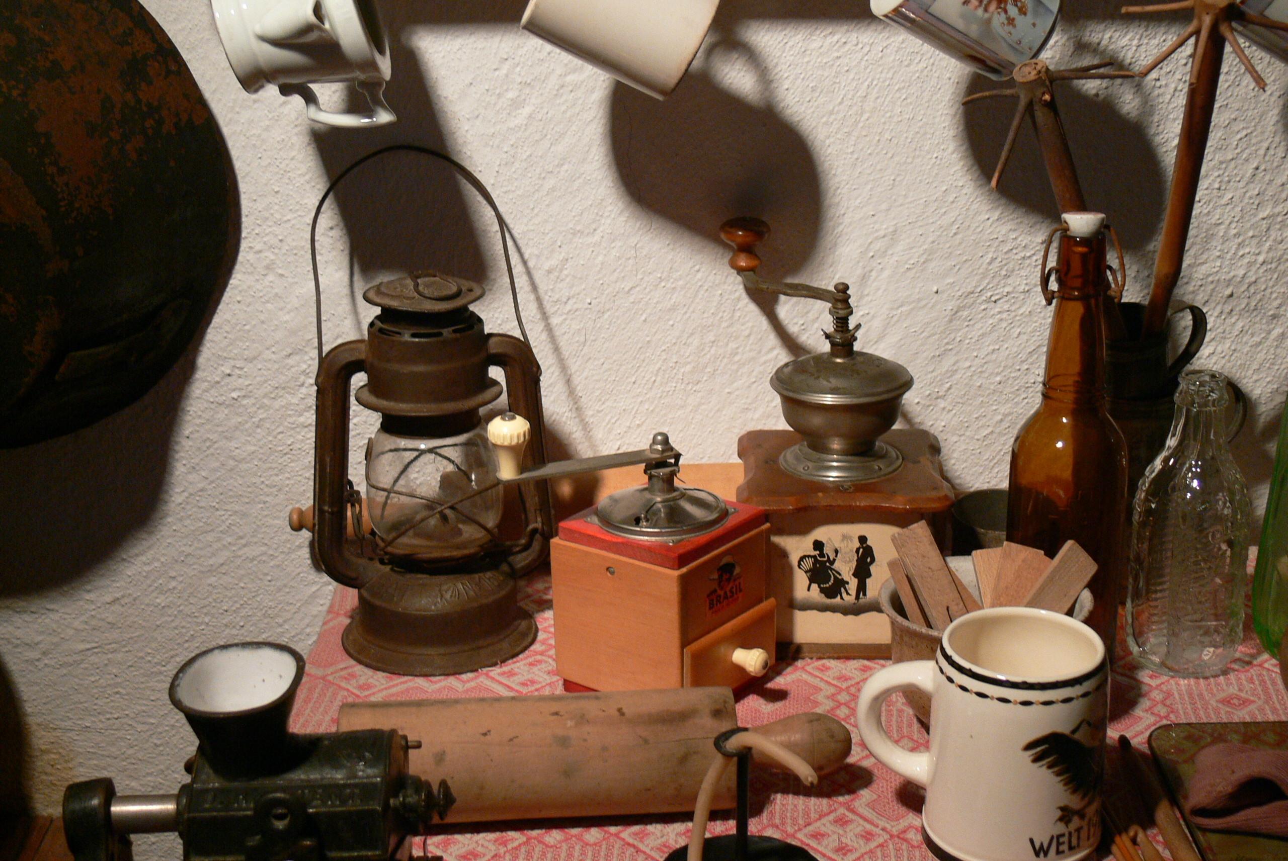 File:LMK - Küche 3 Kaffeemühlen.jpg - Wikimedia Commons | {Kaffeemühlen 18}