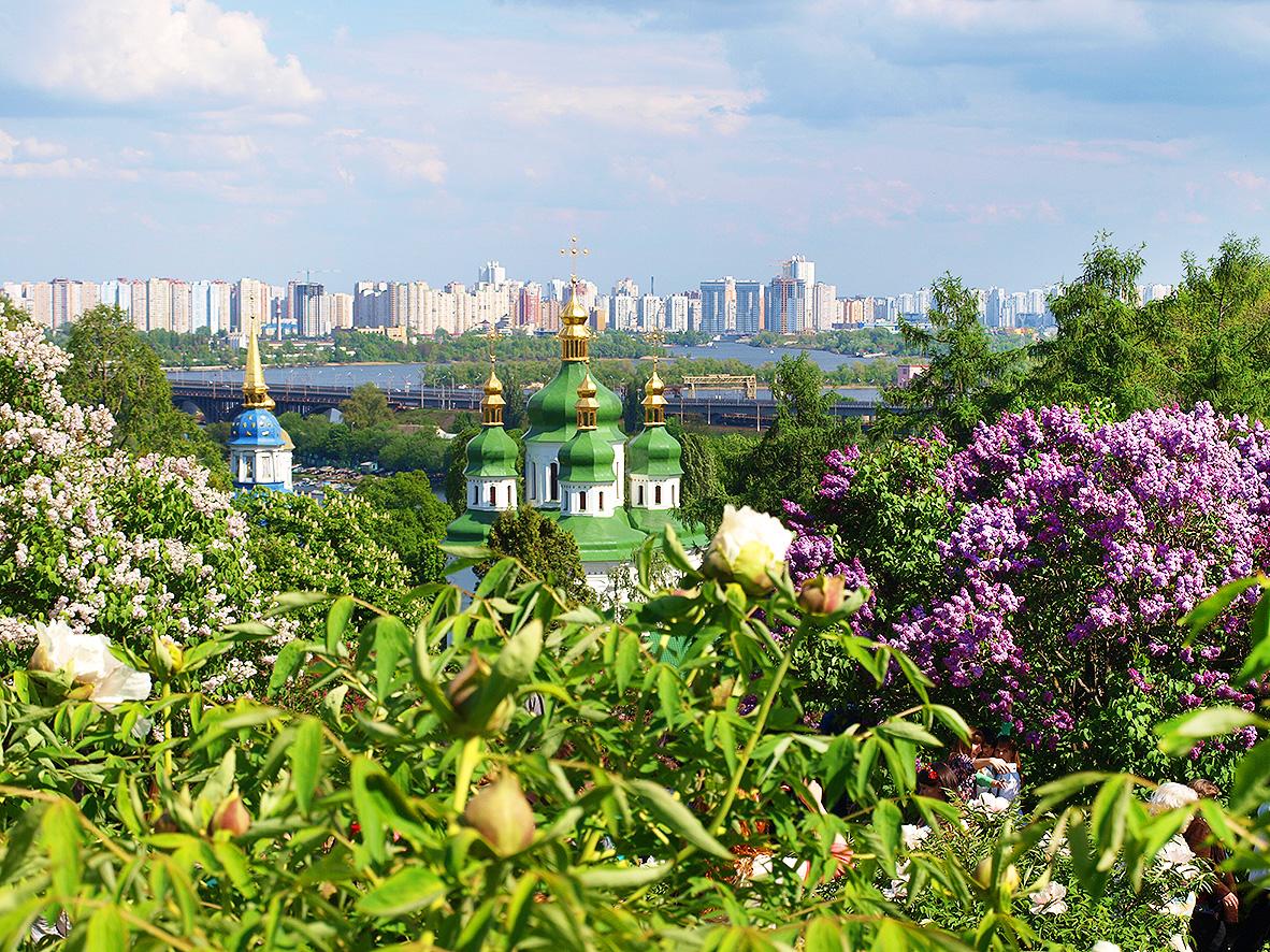 Вид из Национального ботанического сада на Выдубицкий монастырь