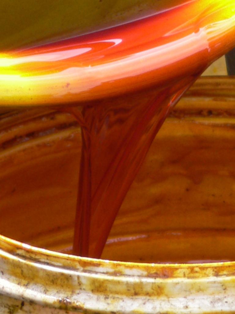 Minyak sawit murni yang dihasilkan di desa Jukwa, Ghana. Perhatikan warna merah minyak sawit yang merupakan beta karoten yang secara alami terdapat di minyak sawit. Pemurnian oleh industri minyak goreng menghilangkan beta karoten ini.