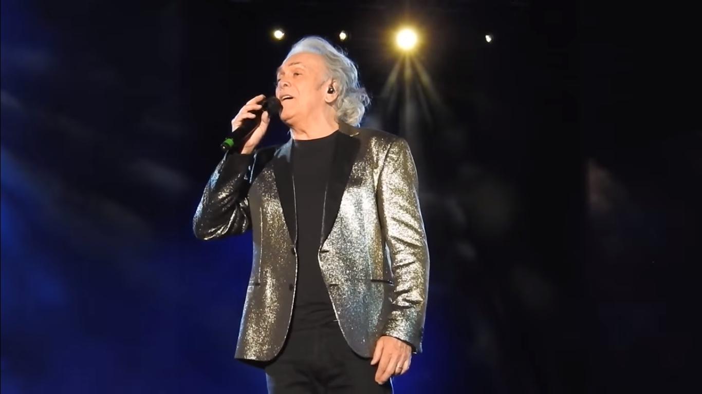 Foto: Riccardo Fogli durante uno dei concerti del 50º anniversario dei Pooh a Messina nel 2016