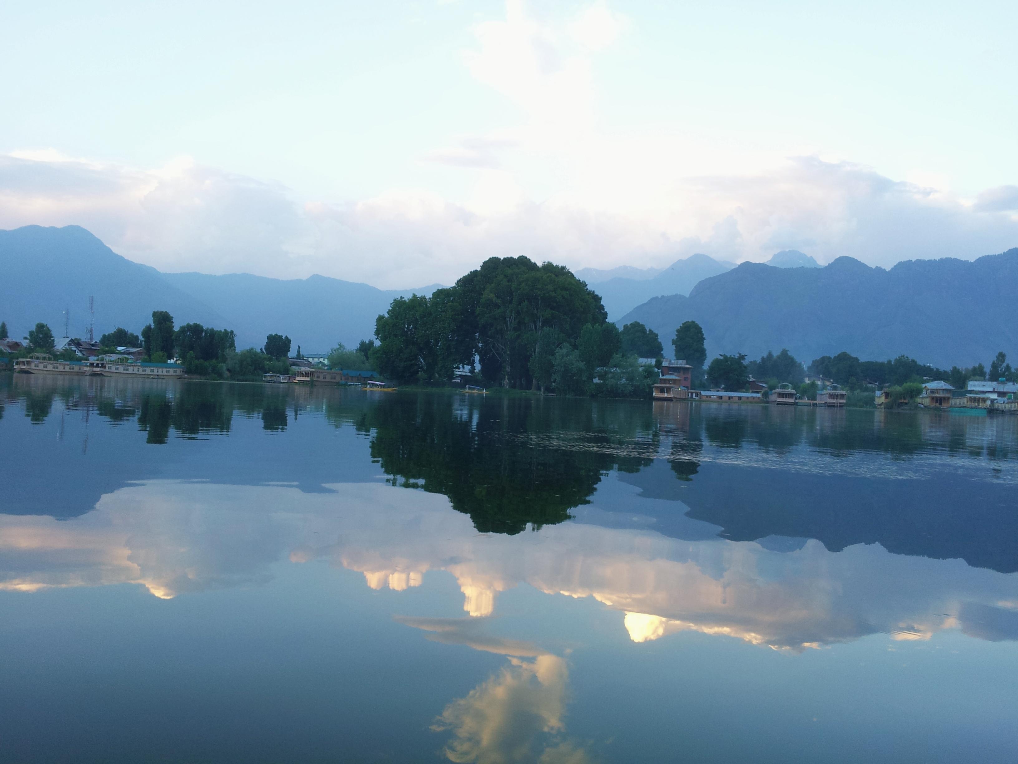 The_beautiful_Dal_lake_%28wiki_loves_earth_2017%29.jpg