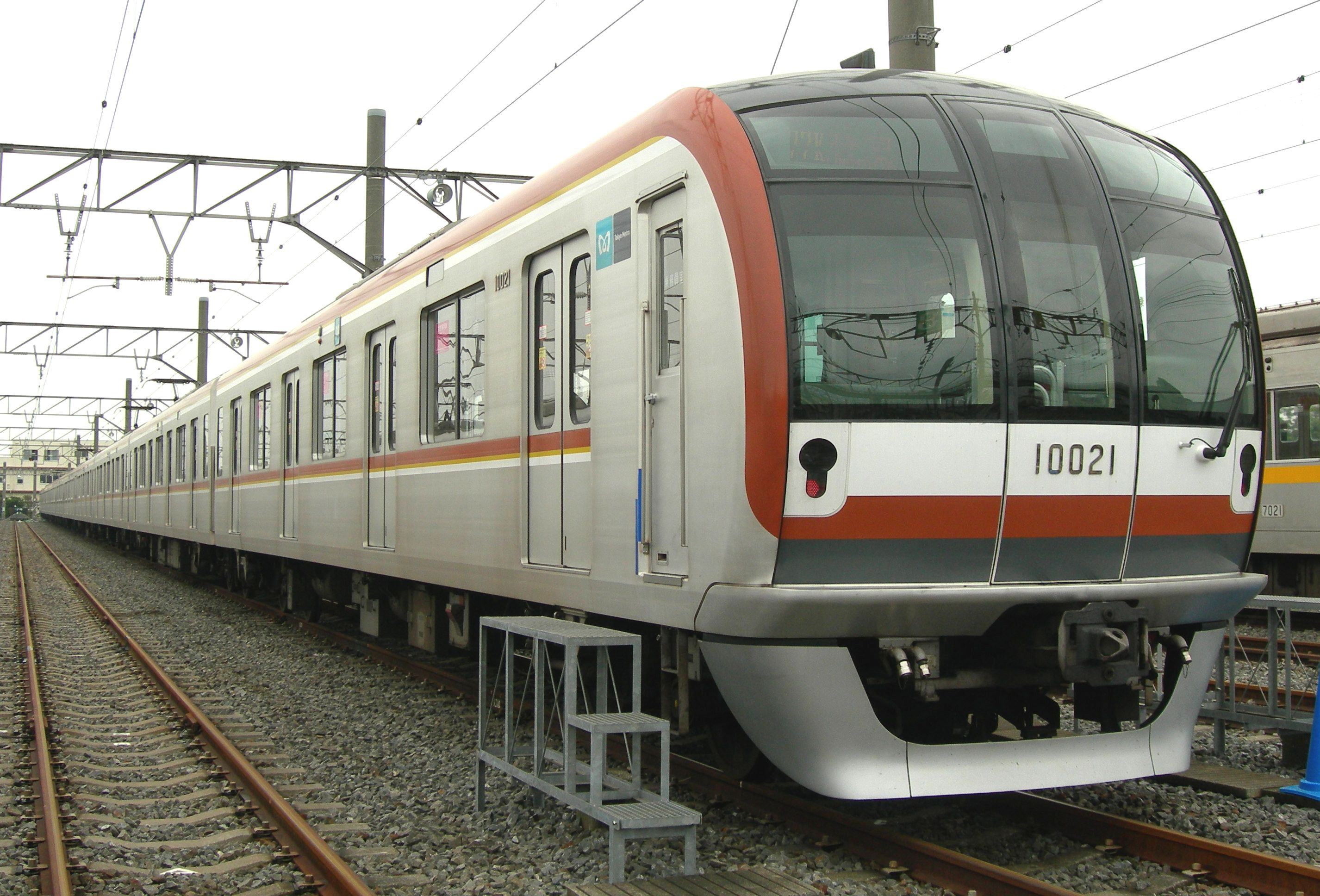 -https://upload.wikimedia.org/wikipedia/commons/1/1c/Tokyo-metro_10021.jpg