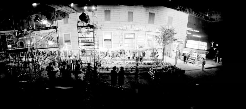 La via Veneto de Rome reconstruite dans les studios Cinecittà (Rome) pour le tournage de La dolce vita en 1959 - Photo d'Archivio Cicconi