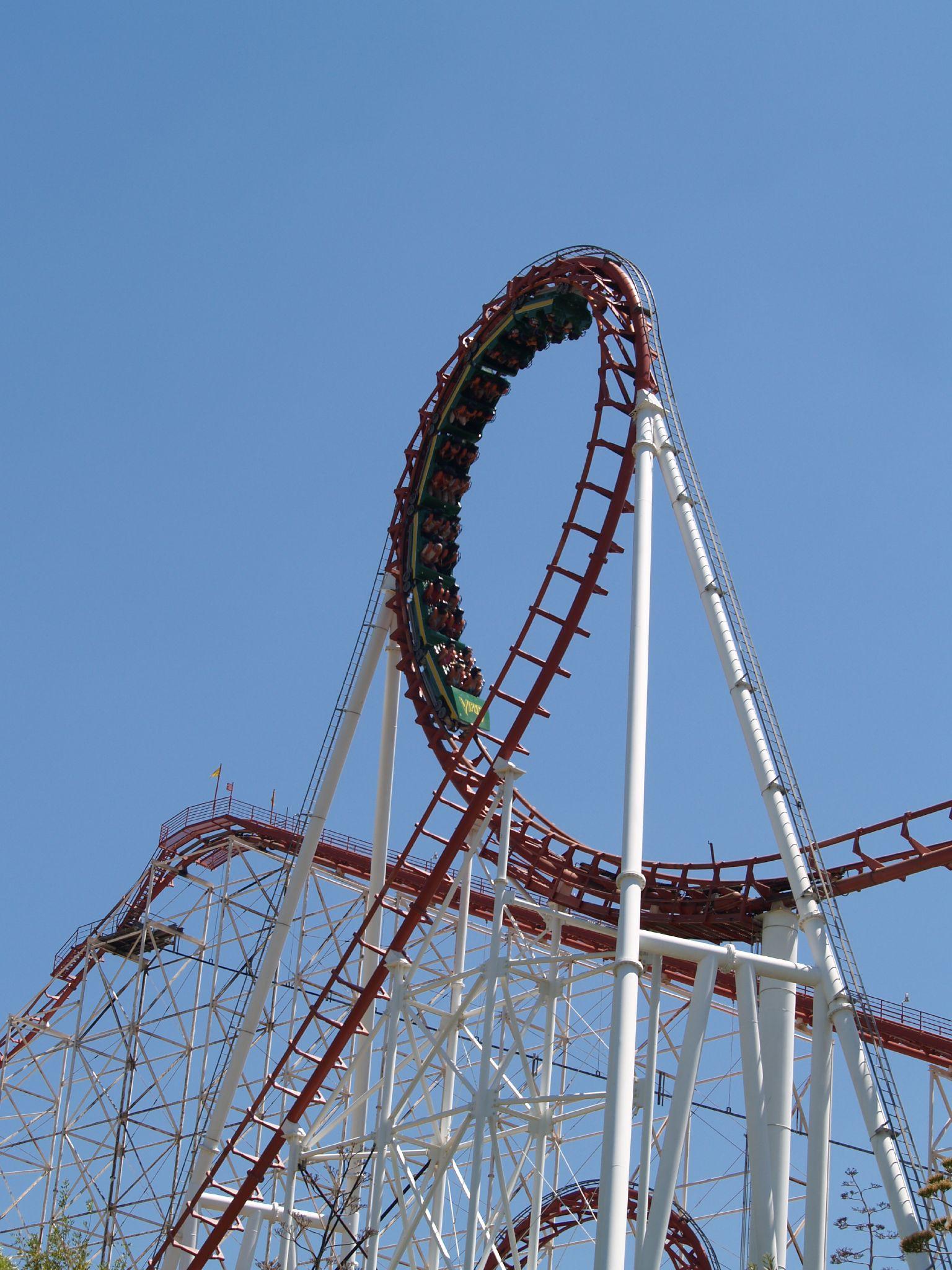 File:Viper vertical loop (Six Flags Magic Mountain).jpg
