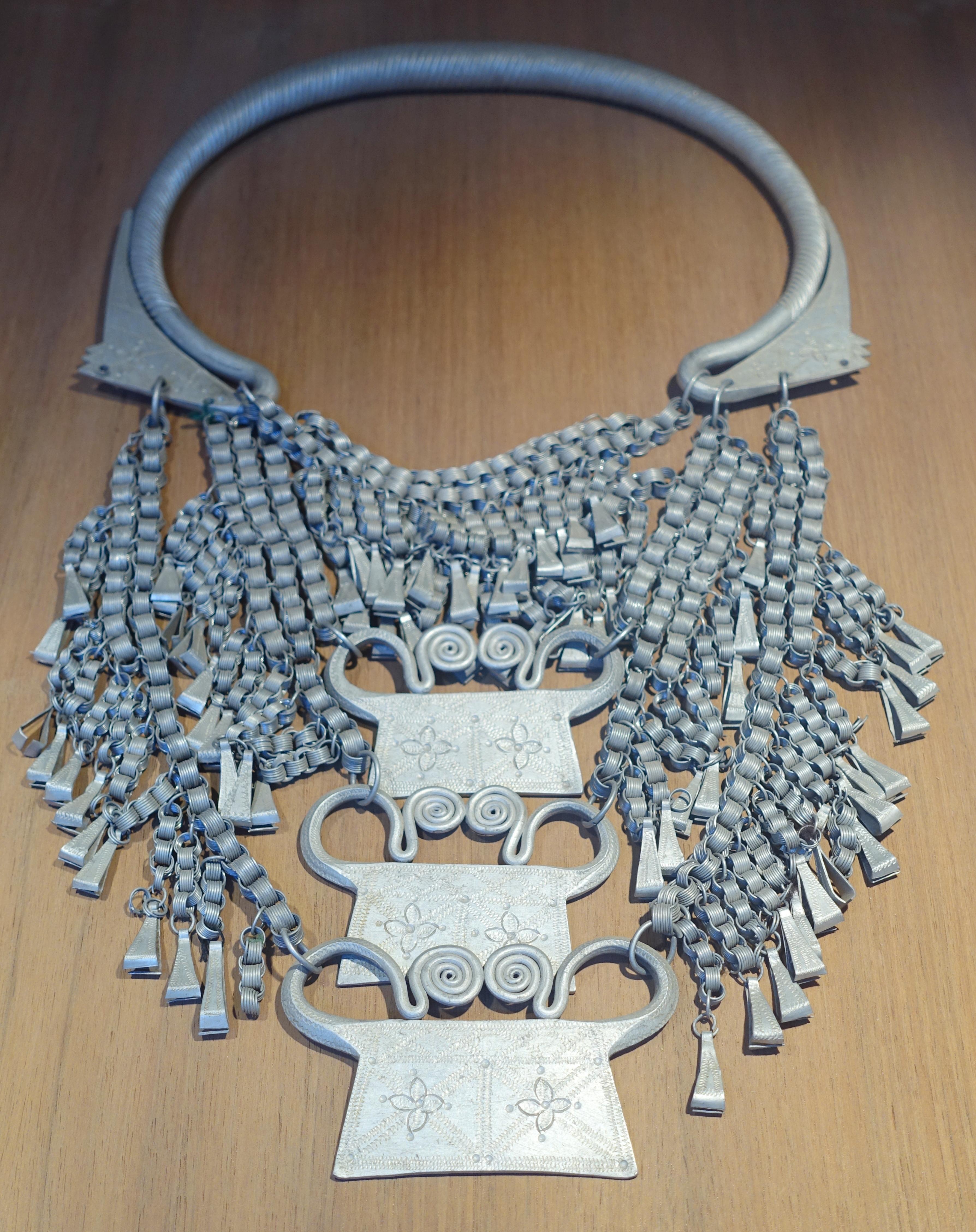 File:Woman's aluminum necklace, Hmong (Hmong Do) - Vietnam