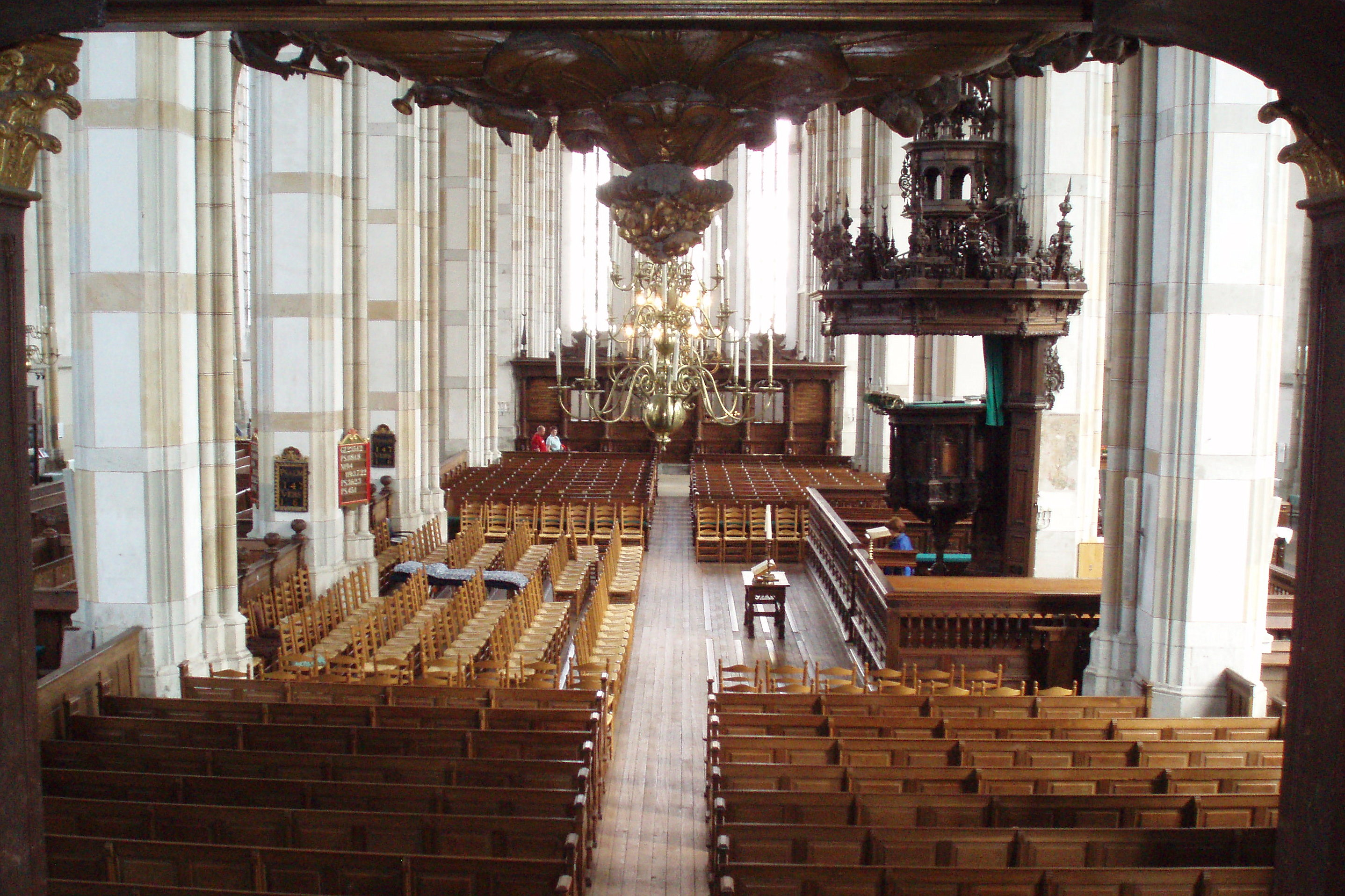 https://upload.wikimedia.org/wikipedia/commons/1/1c/Zwolle_Sint-Michaelskerk_Interieur_Overzicht.JPG