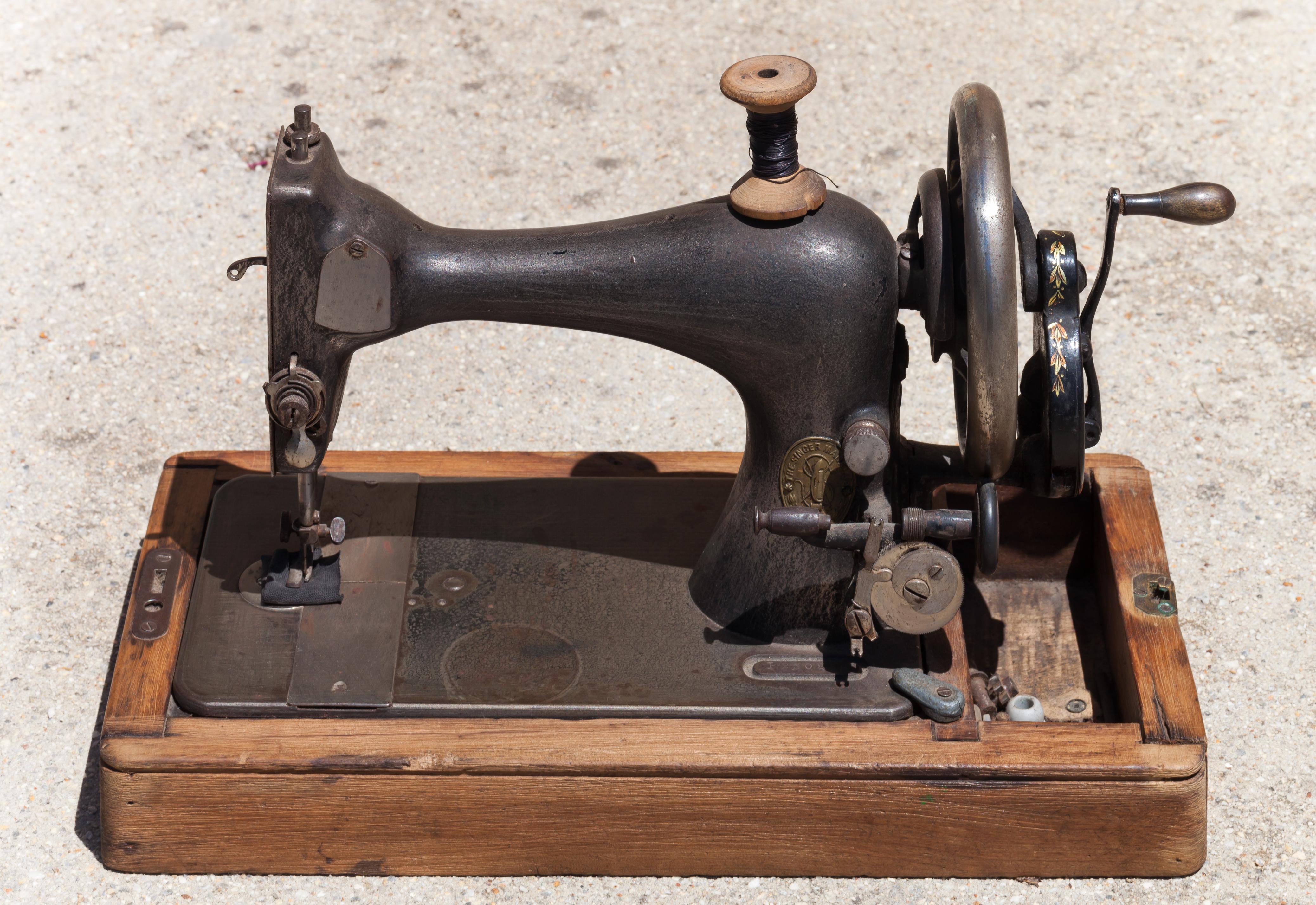 File:2015. Máquina de coser Singer. Sewing machine. Galiza
