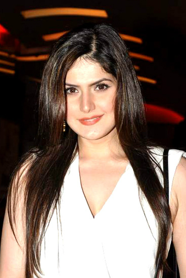 The 30-year old daughter of father (?) and mother(?), 173 cm tall Zarine Khan in 2017 photo