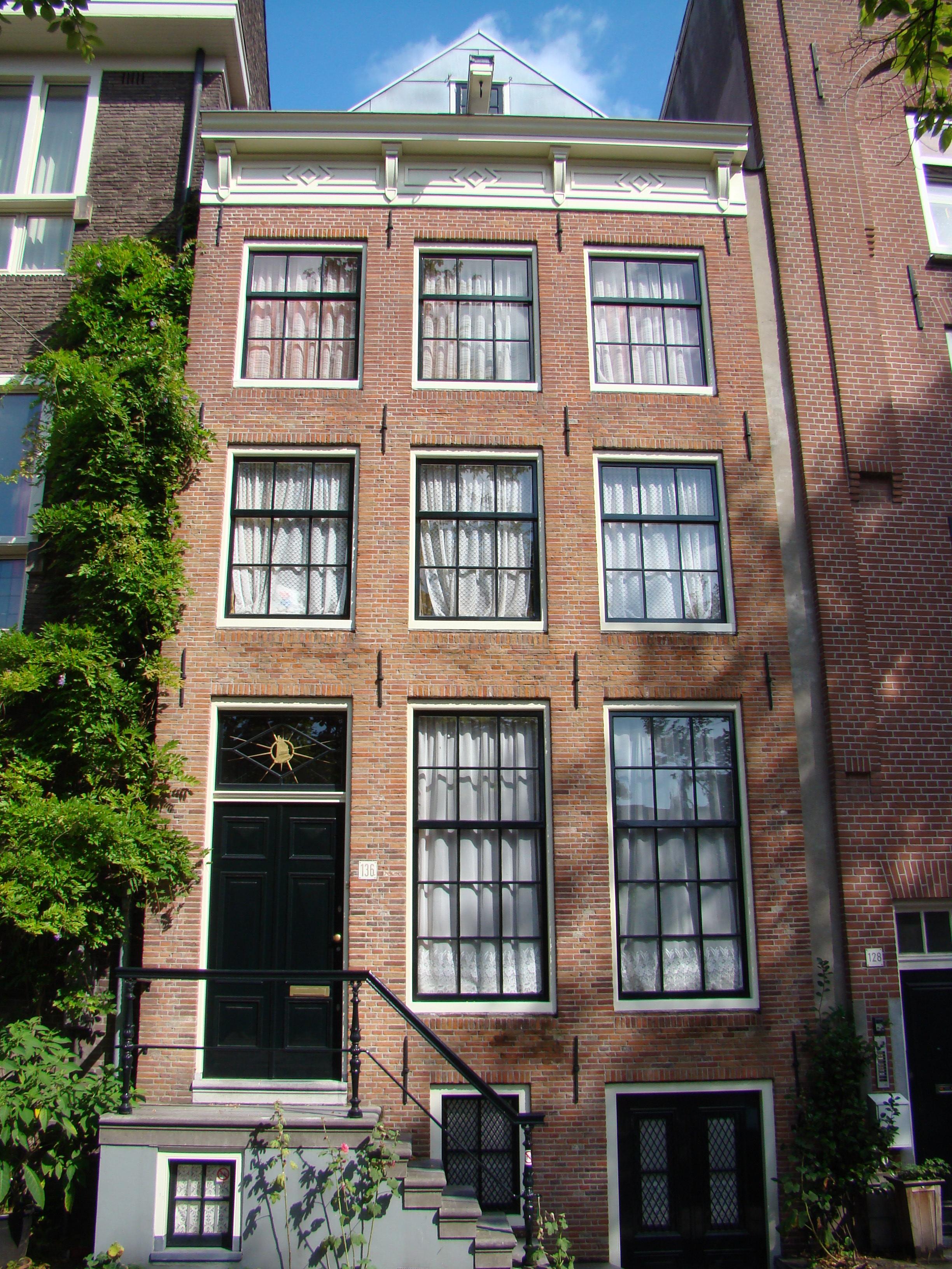Huis met gevel die wordt afgesloten door een rechte lijst for Lijst inrichting huis