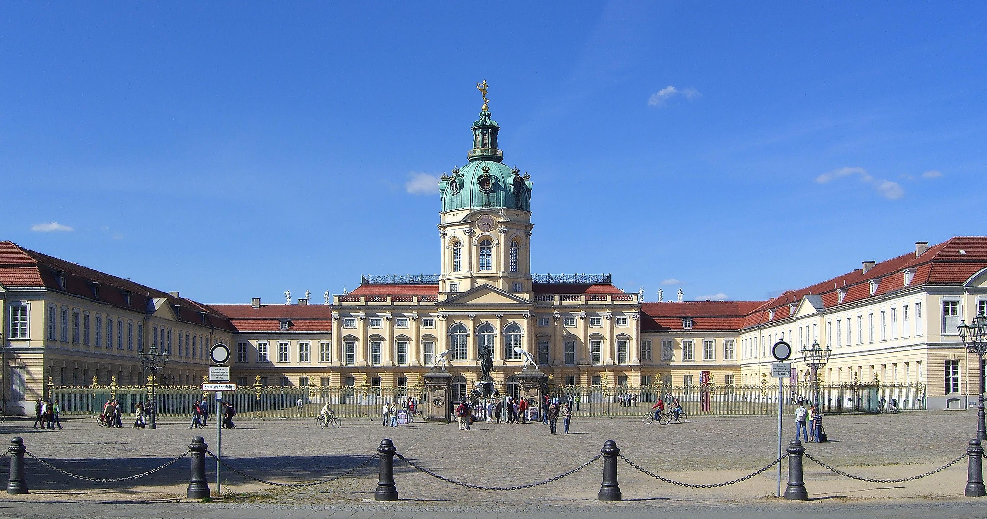 Berlin Charlottenburger Schloss Strassenseite.jpg