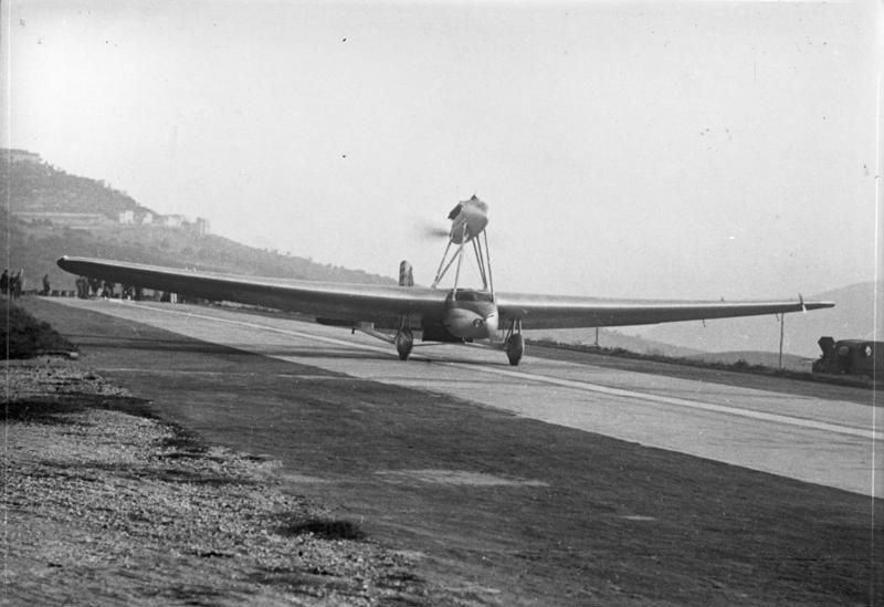 Bundesarchiv Bild 102-12720, Italien, Langflugzeug bei Versuchsflug.jpg