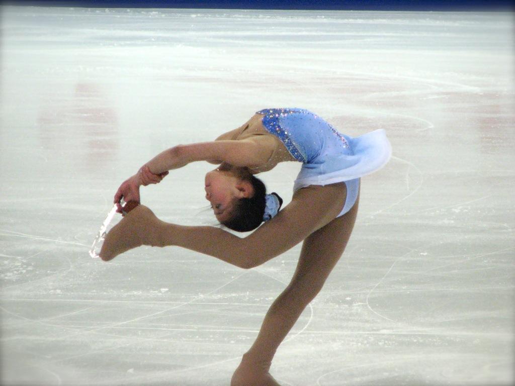 韓國滑冰美女閔秀拉比賽  舞姿百態