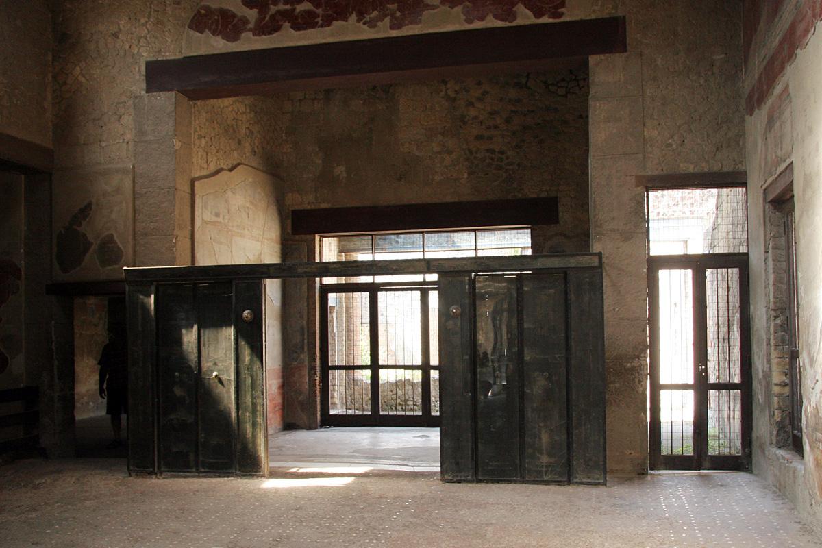 http://upload.wikimedia.org/wikipedia/commons/1/1d/Casa-Tramezzo-Legno-Ercolano-01.jpg