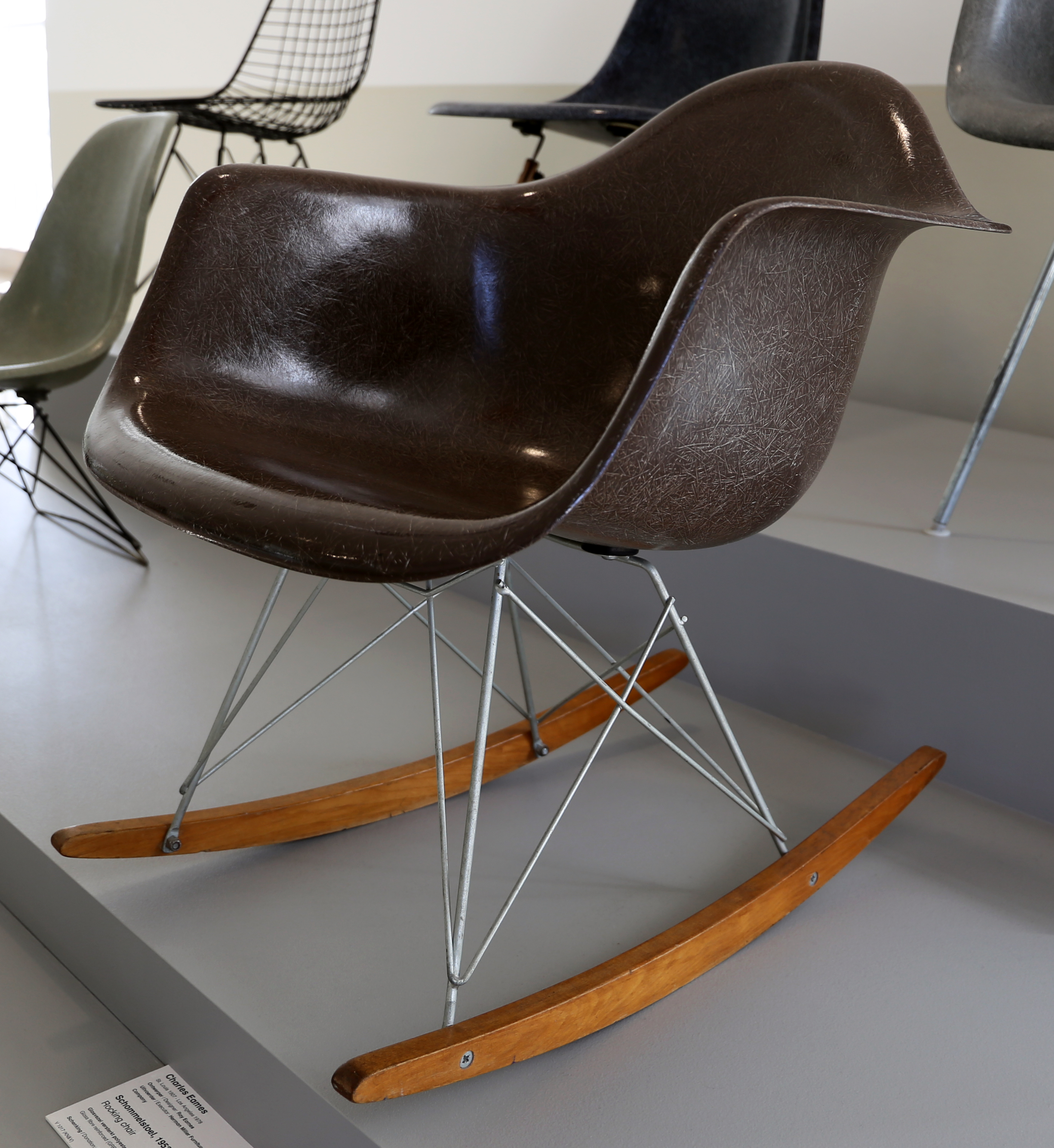 Sedia Dondolo Eames.File Charles Eames Per Herman Miller Furniture Sedia A