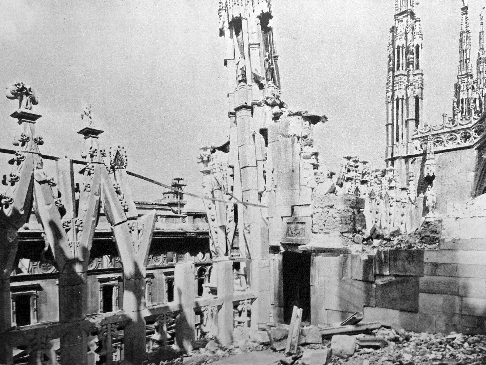 File Duomo Milan After Allied Bombing 1943 01 Jpg