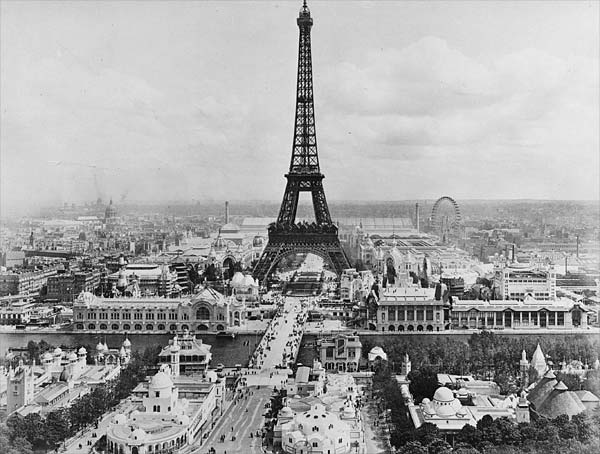 https://upload.wikimedia.org/wikipedia/commons/1/1d/Eiffel_Tower_7.jpg