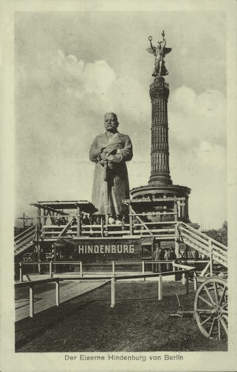 Postcard of the wooden statue of Hindenburg erected in Berlin for the first anniversary of Tannenberg Eisernehindenburg.jpg