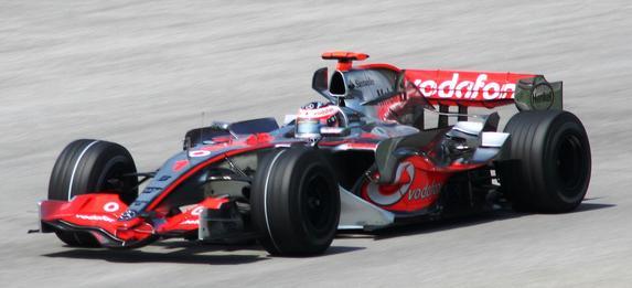 Fernando Alonso wint voor het eerst met McLaren in Maleisië.