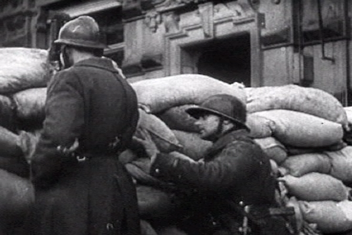 French_troops_barricades2_paris_1940.png