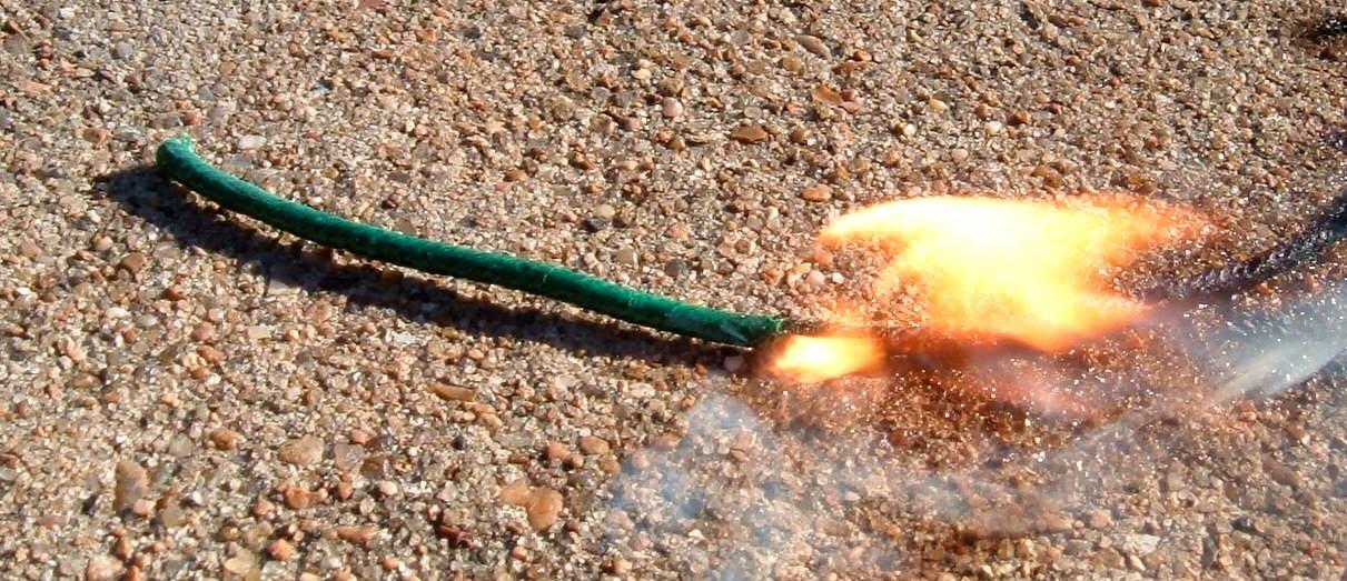 https://upload.wikimedia.org/wikipedia/commons/1/1d/Fuse_burning.jpg