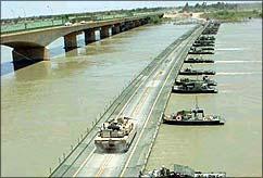 Pont flottant créé par une unité de génie de l'US Army Reserve
