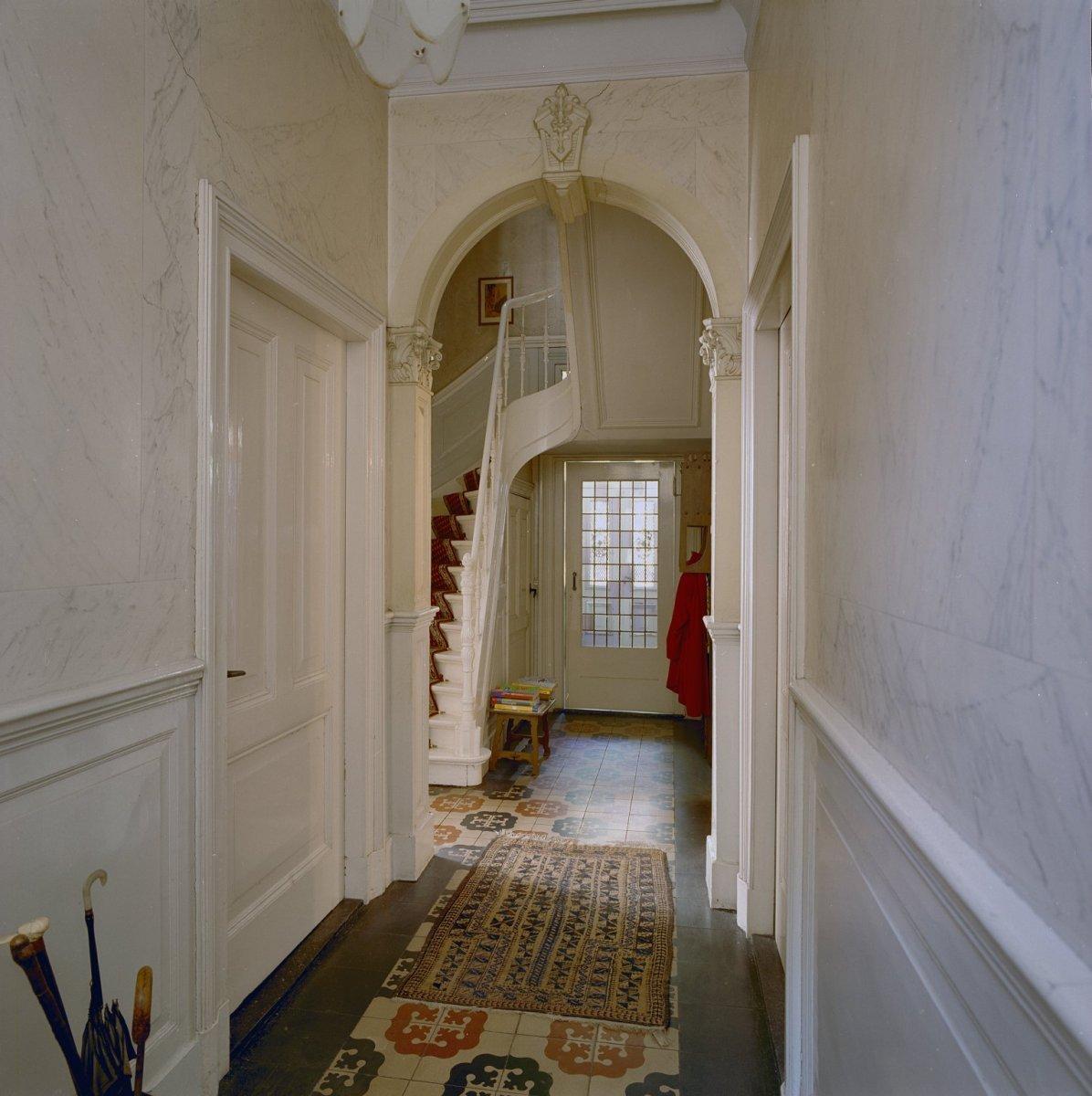 File interieur overzicht gang met gemarmerde muren en for Herenhuis interieur