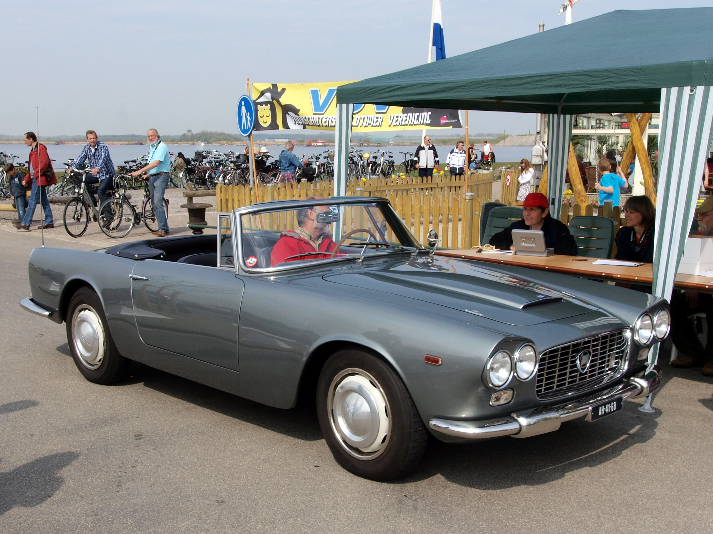 https://upload.wikimedia.org/wikipedia/commons/1/1d/Lancia_Flaminia_G.T_3C_2.8_%281968%29%2C_Dutch_licence_registration_AH-41-68_pic4.JPG