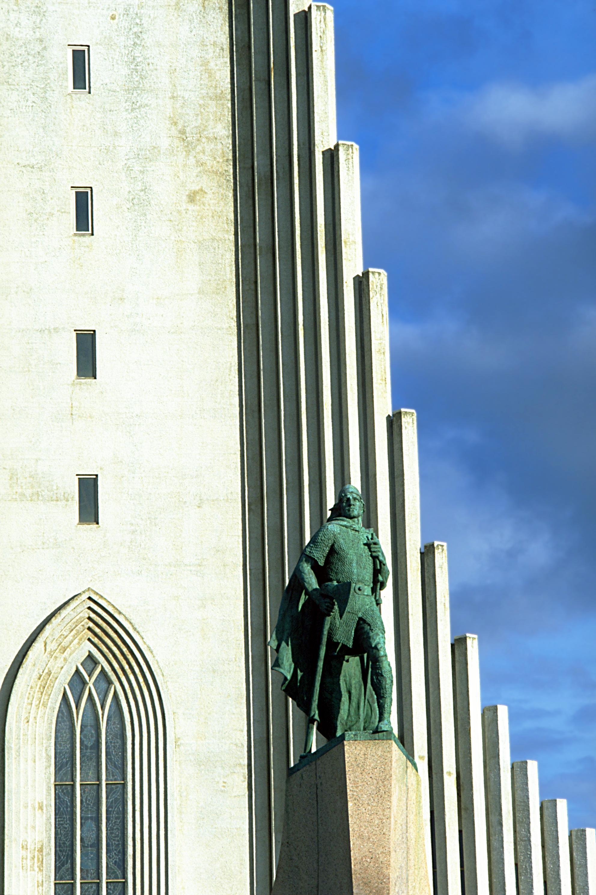 Estatua de Leif Erikson ante la iglesia llamada Hallgrímskirkja, en Reikjavik, Islandia.
