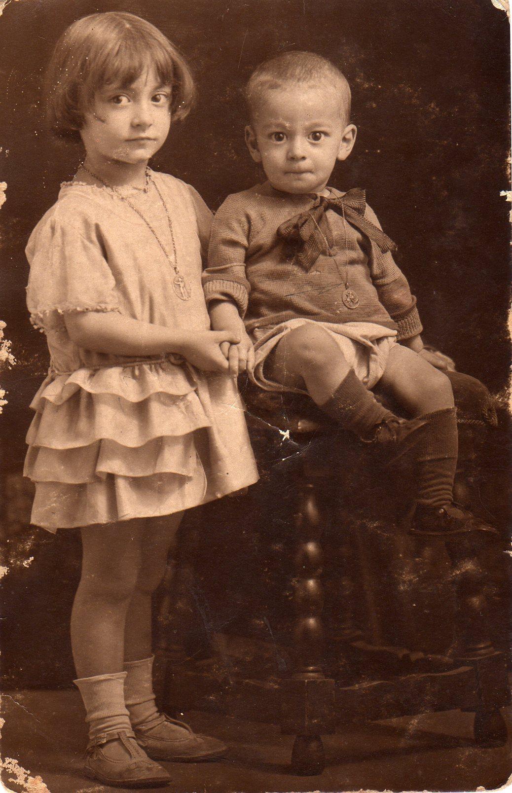 Maria Aurèlia Capmany a los 3 años, con su hermano Jordi.