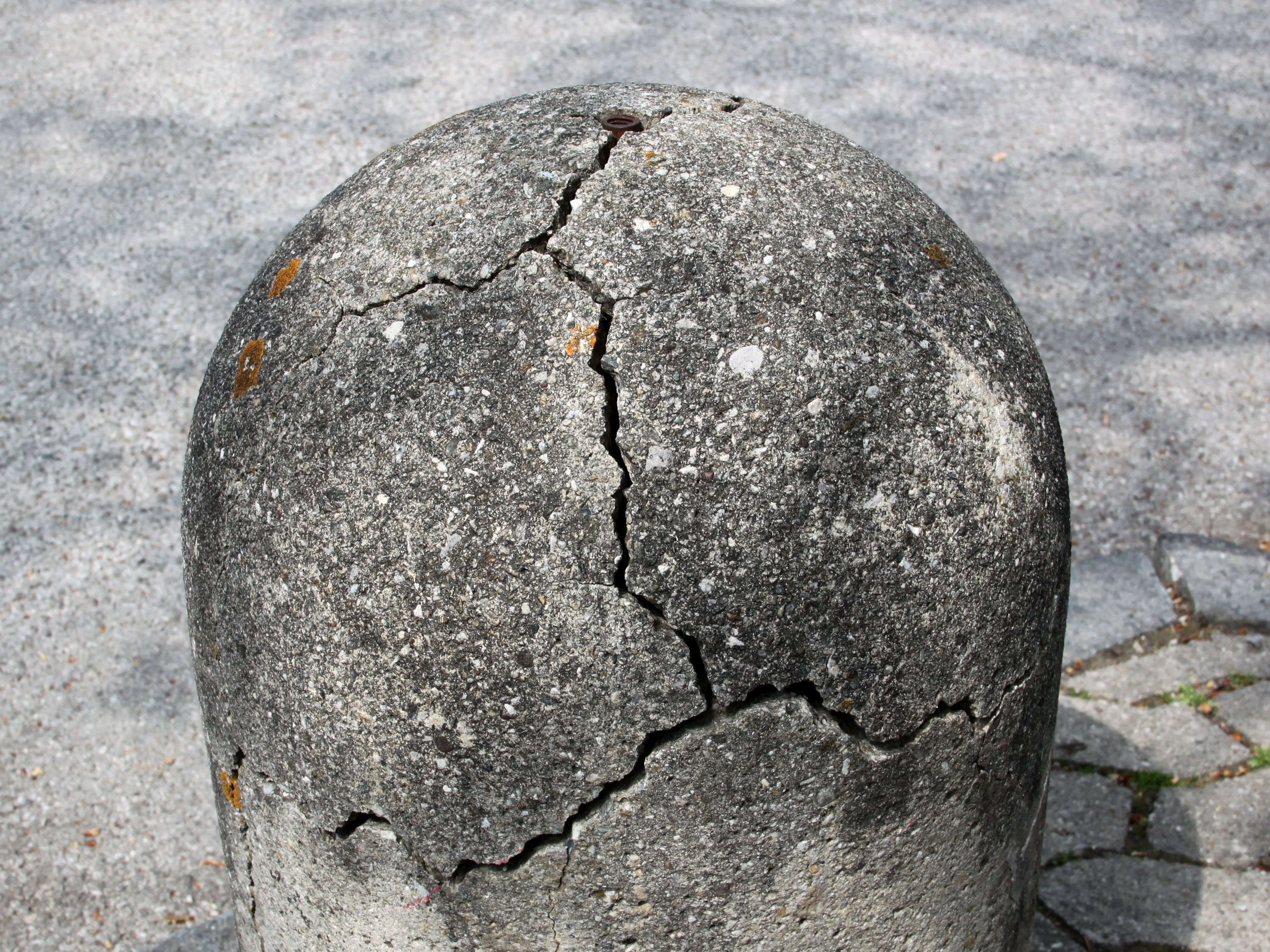 File:Mechanical weathering of a cement bollard - 20110501 ...