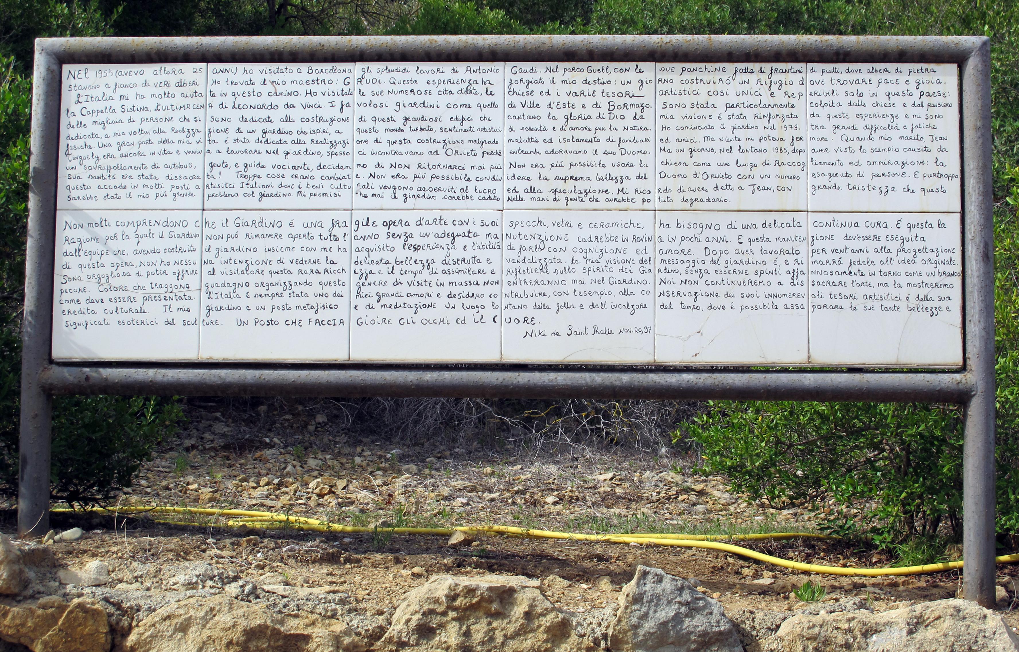 Niki de saint-phalle, giardino dei tarocchi, ingresso 01.JPG