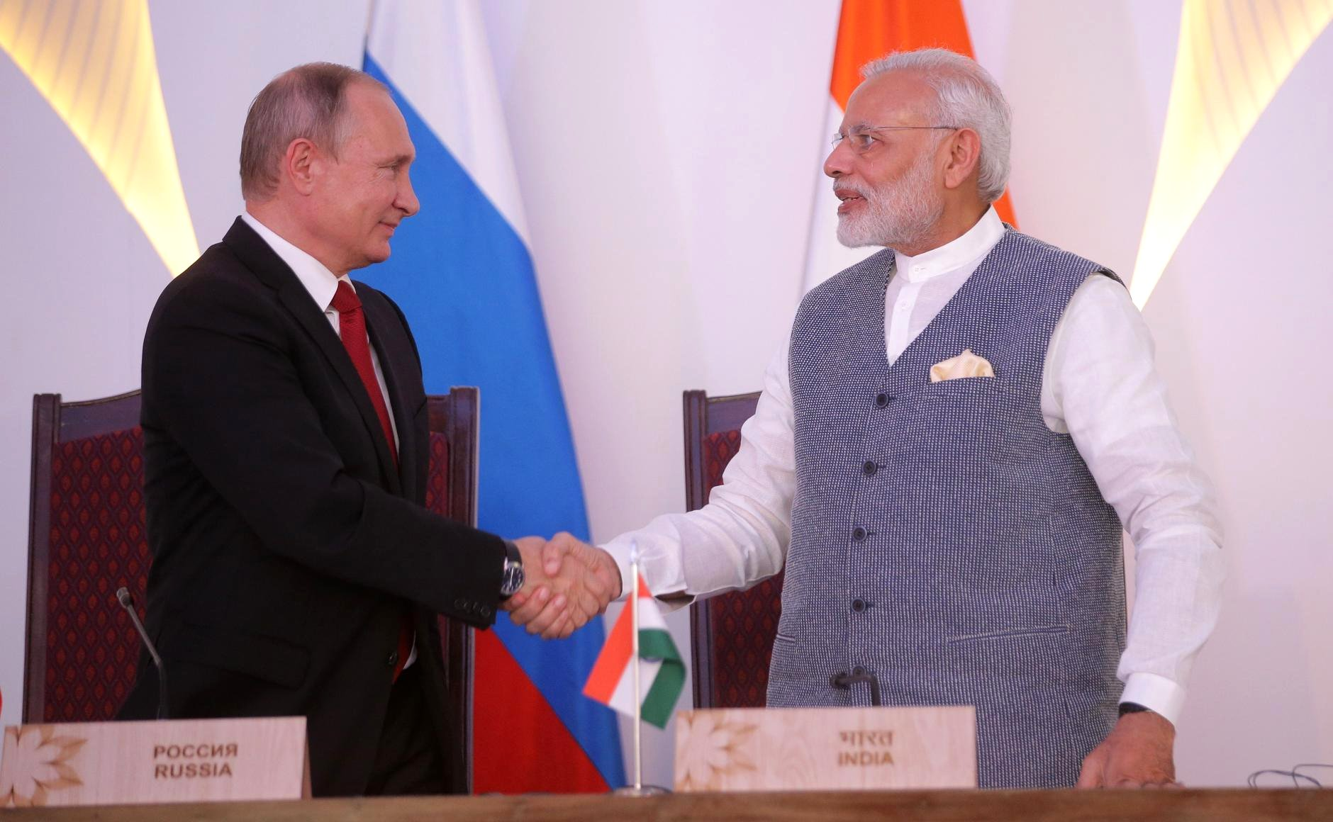 File:President Putin and Prime Minister Modi shake hands at the signing of Russian-Indian documents.jpg - Wikimedia Commons