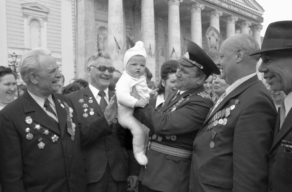 нагрудным знаком 25 лет победы в великой отечественной войне