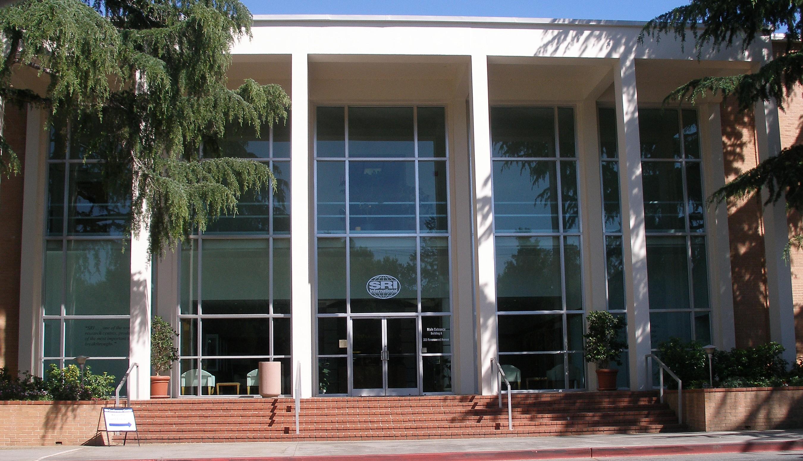 Entrada de sede principal de SRI International en [[Menlo Park