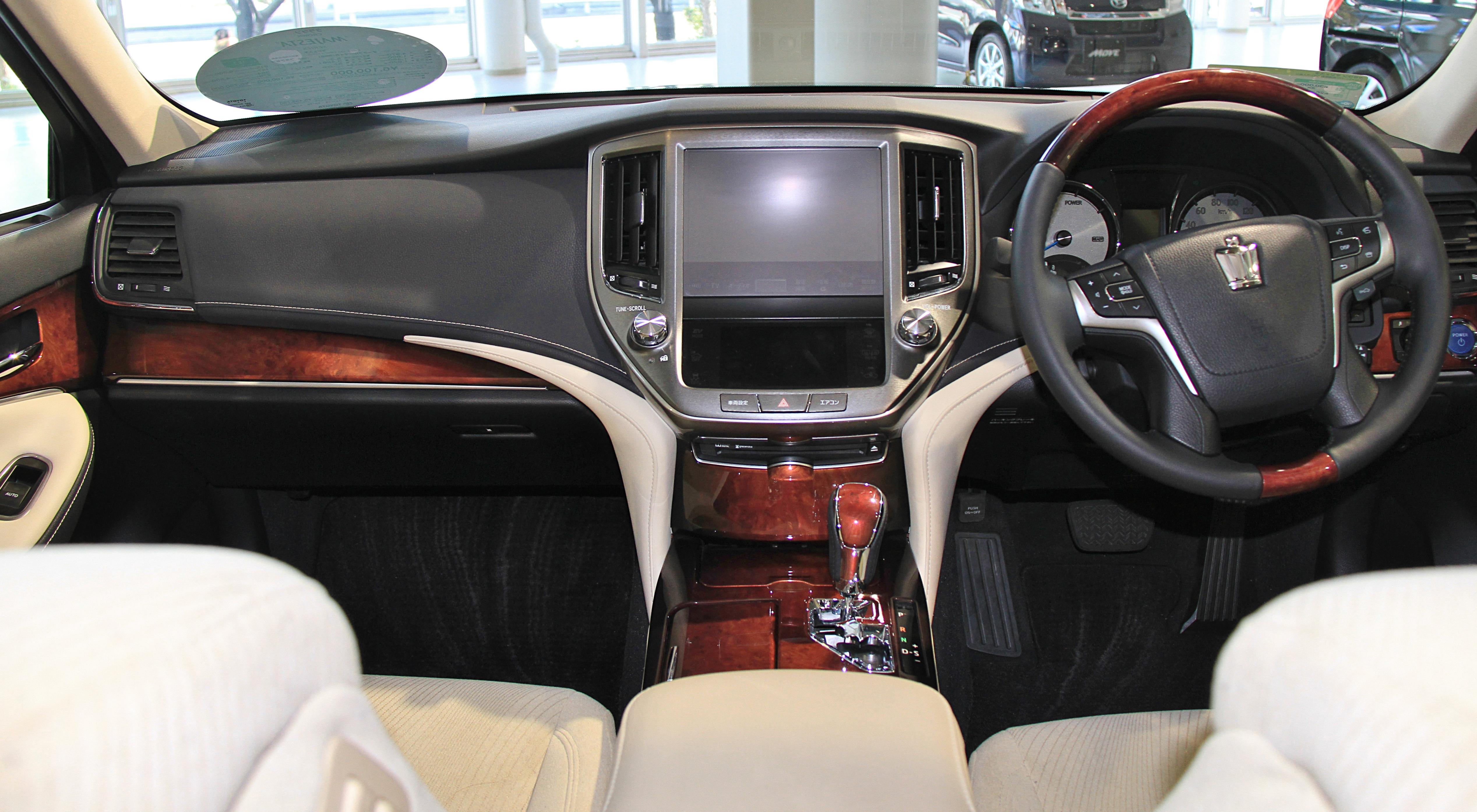 Toyota Crown 2018 Interior >> File:Toyota Crown Majesta S210 interior.jpg - Wikimedia Commons