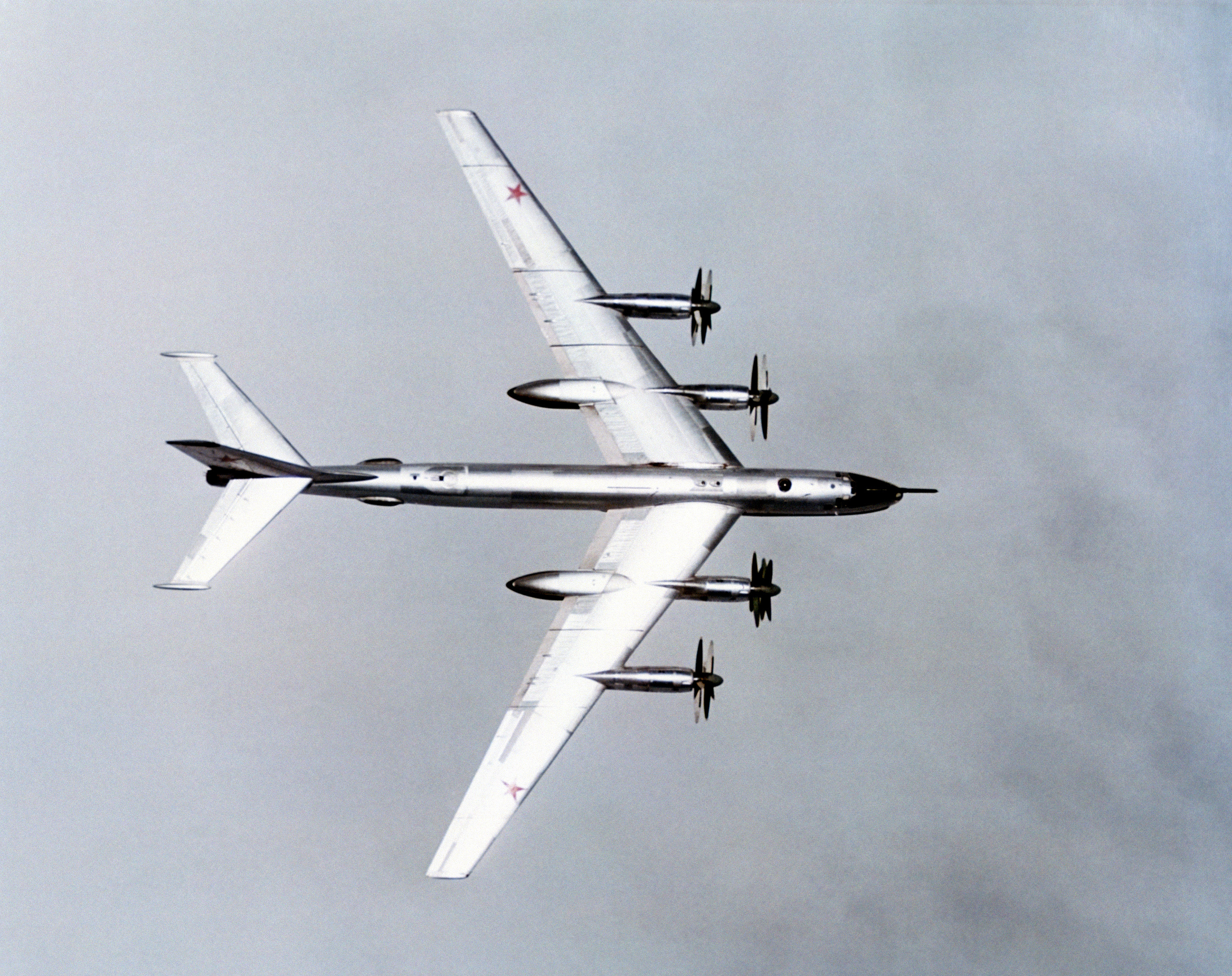 https://upload.wikimedia.org/wikipedia/commons/1/1d/Tu-95_wingspan.jpg