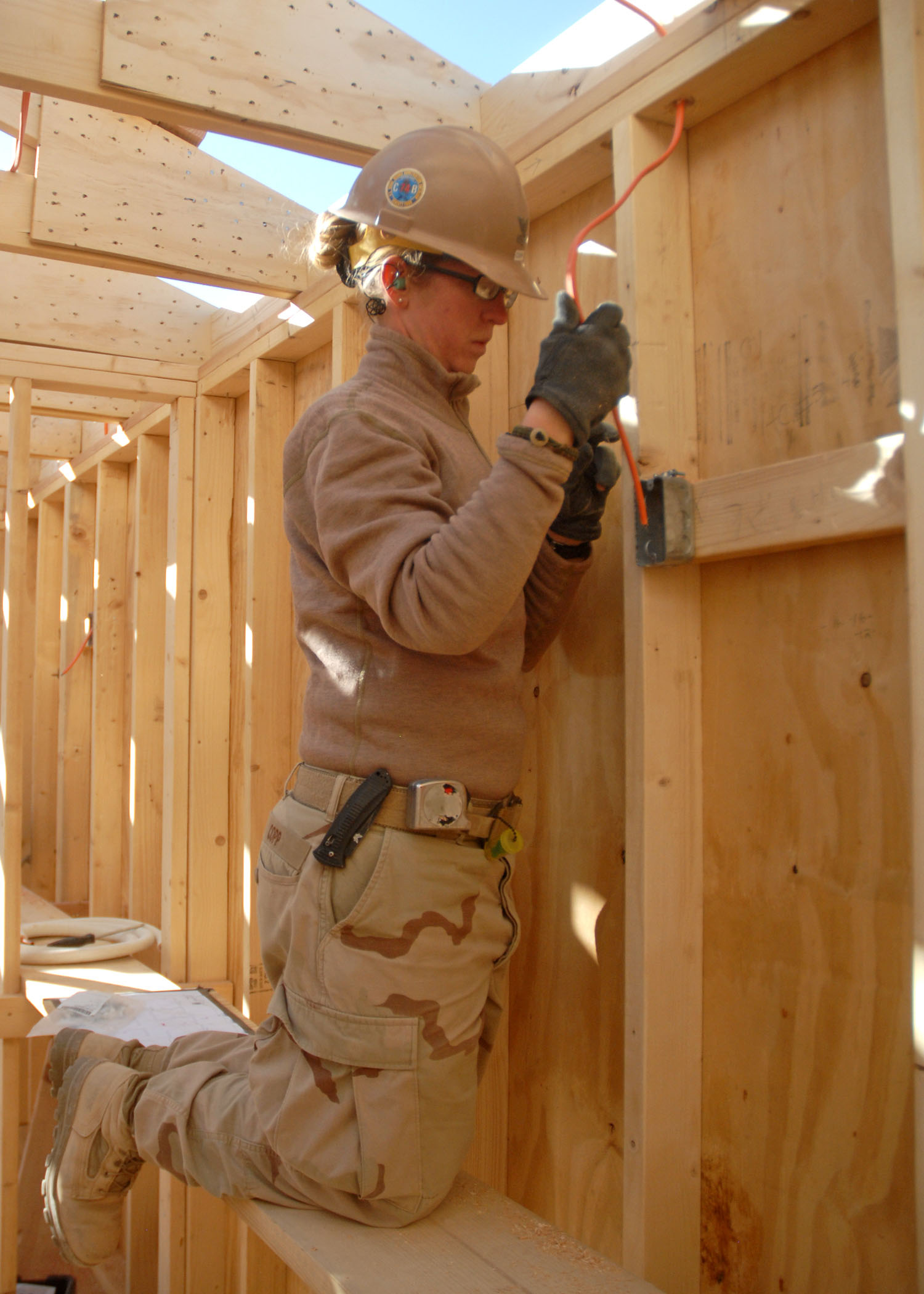 File:US Navy 091207-N-9564W-056 Construction Electrician 2nd Class ...