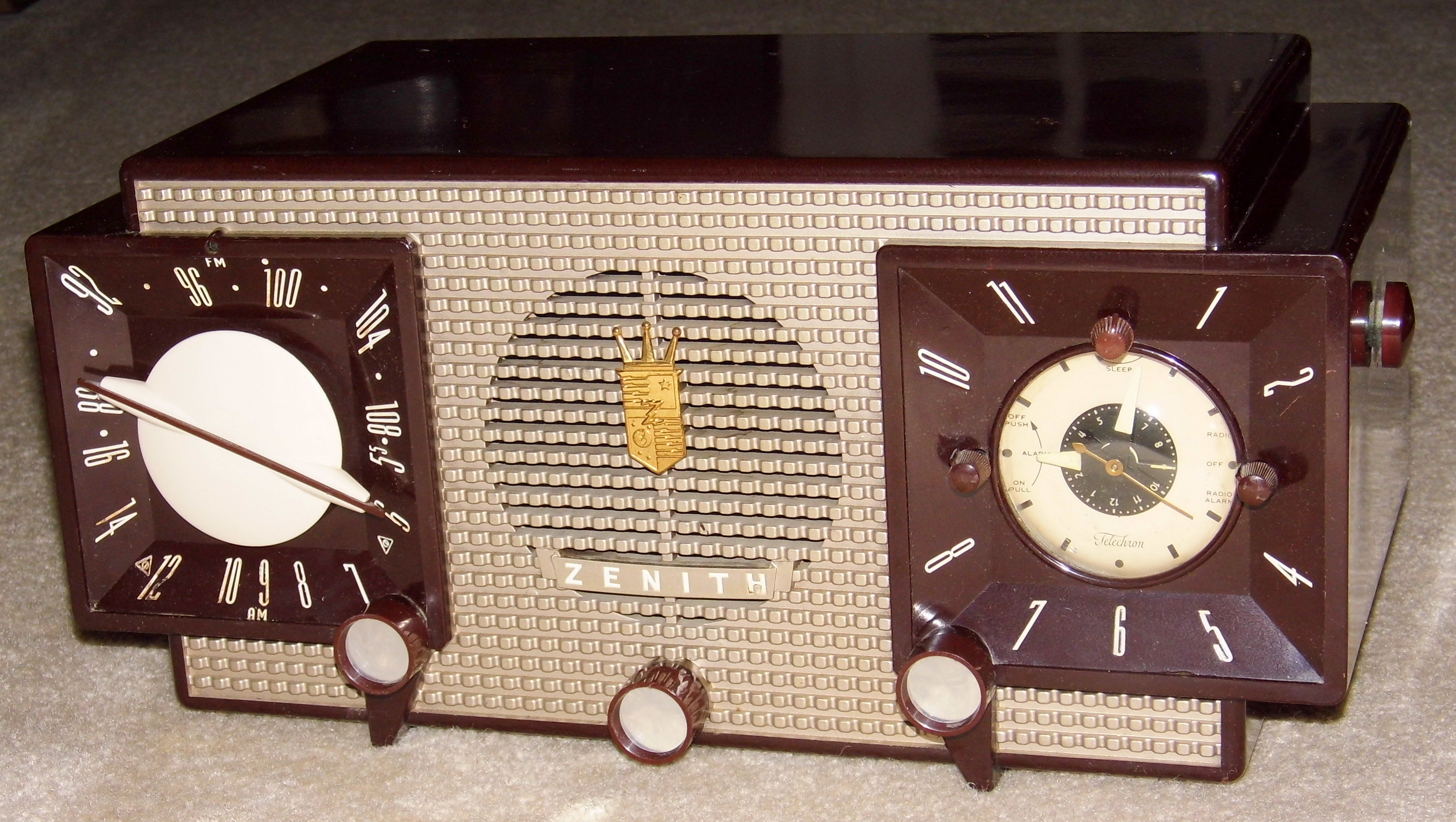 File:Vintage Zenith Clock Radio, Model X733, 7 Tubes, Two ...