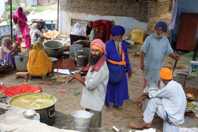 File:Volunteers cooking at Anandpur Sahib Gurdwara Vaisakhi langar, Sikhism in India.jpg
