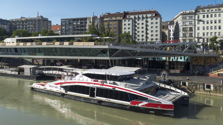 ÜBER CENTRAL DANUBE - Schnell-Katamaran Twin City Liner flitzt nach Hainburg an der Donau
