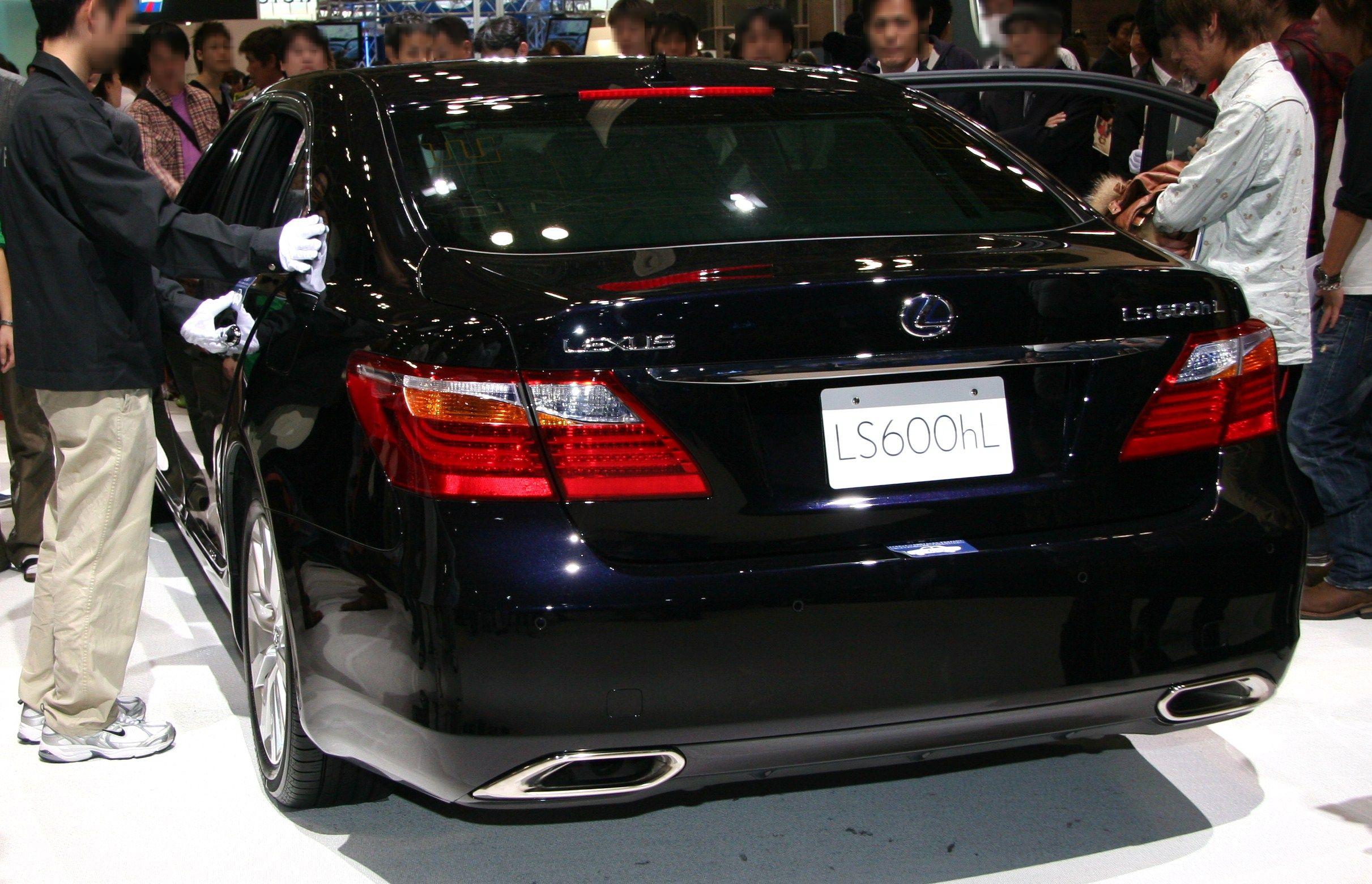 https://upload.wikimedia.org/wikipedia/commons/1/1e/2009_Lexus_LS600hL_rear.jpg