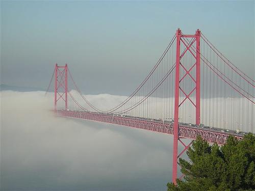 Photo - Pont disparaissant dans la brume