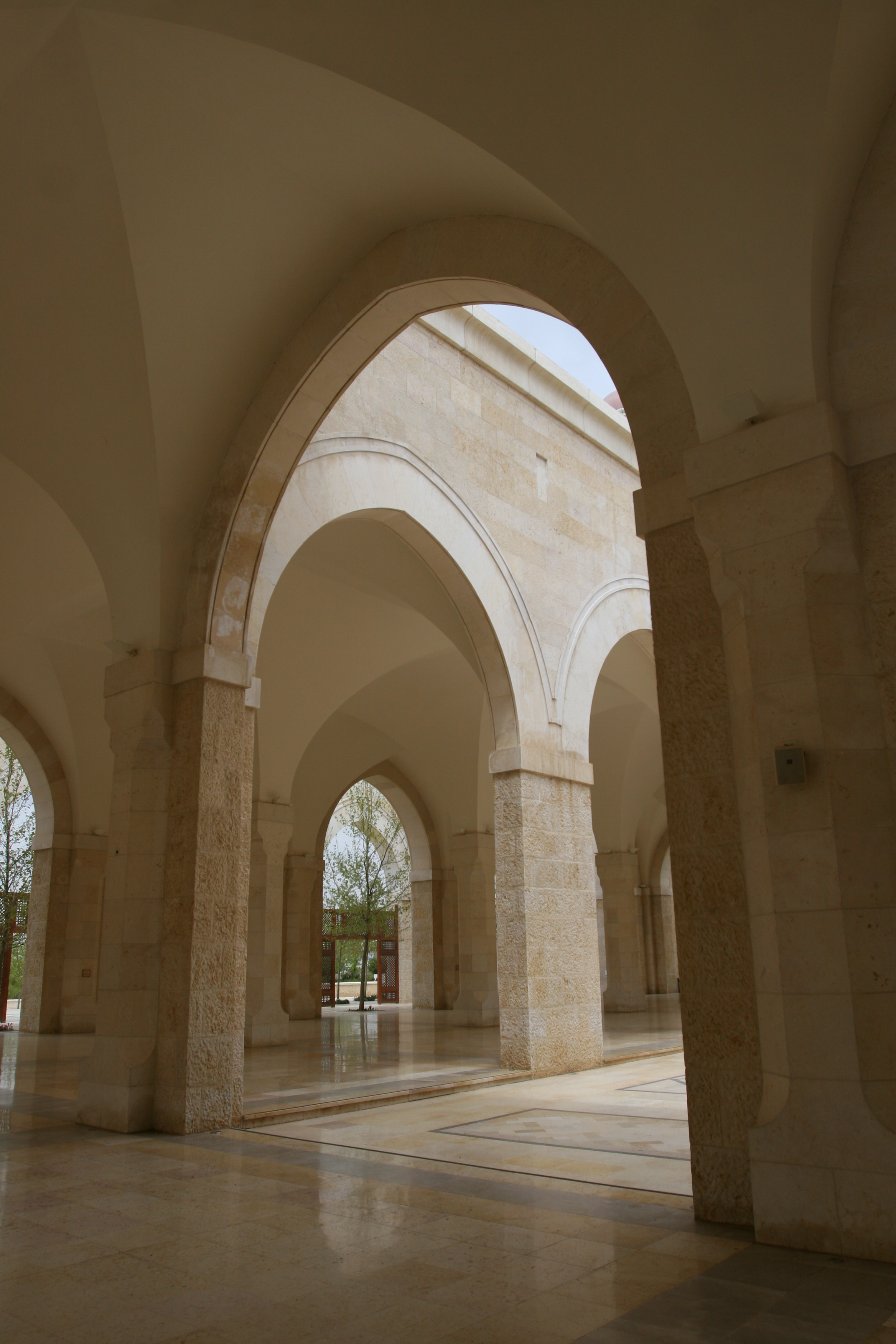 File:Arches line the hallways of the King Hussein mosque ...