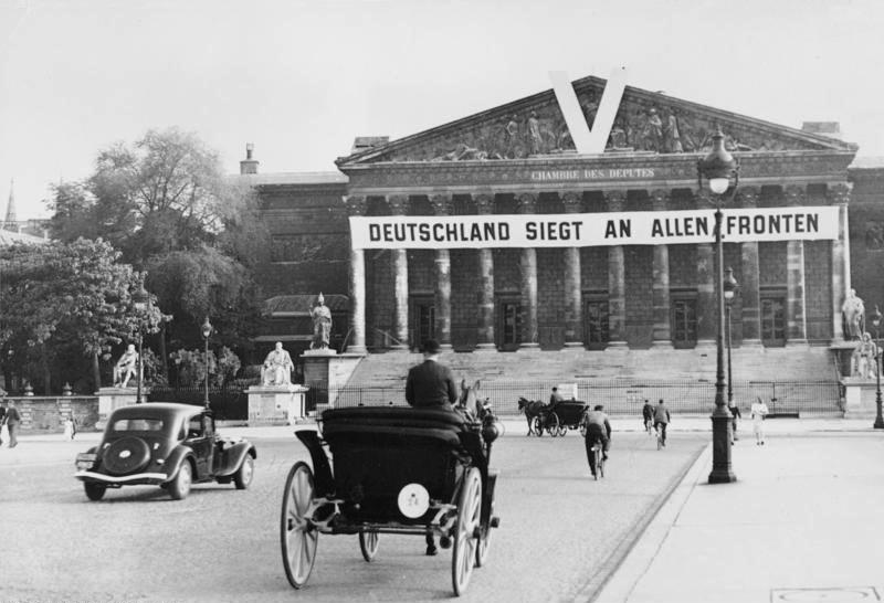 File:Bundesarchiv Bild 183-2004-0216-500, Paris, deutsche Parole am Bourbon-Palast.jpg
