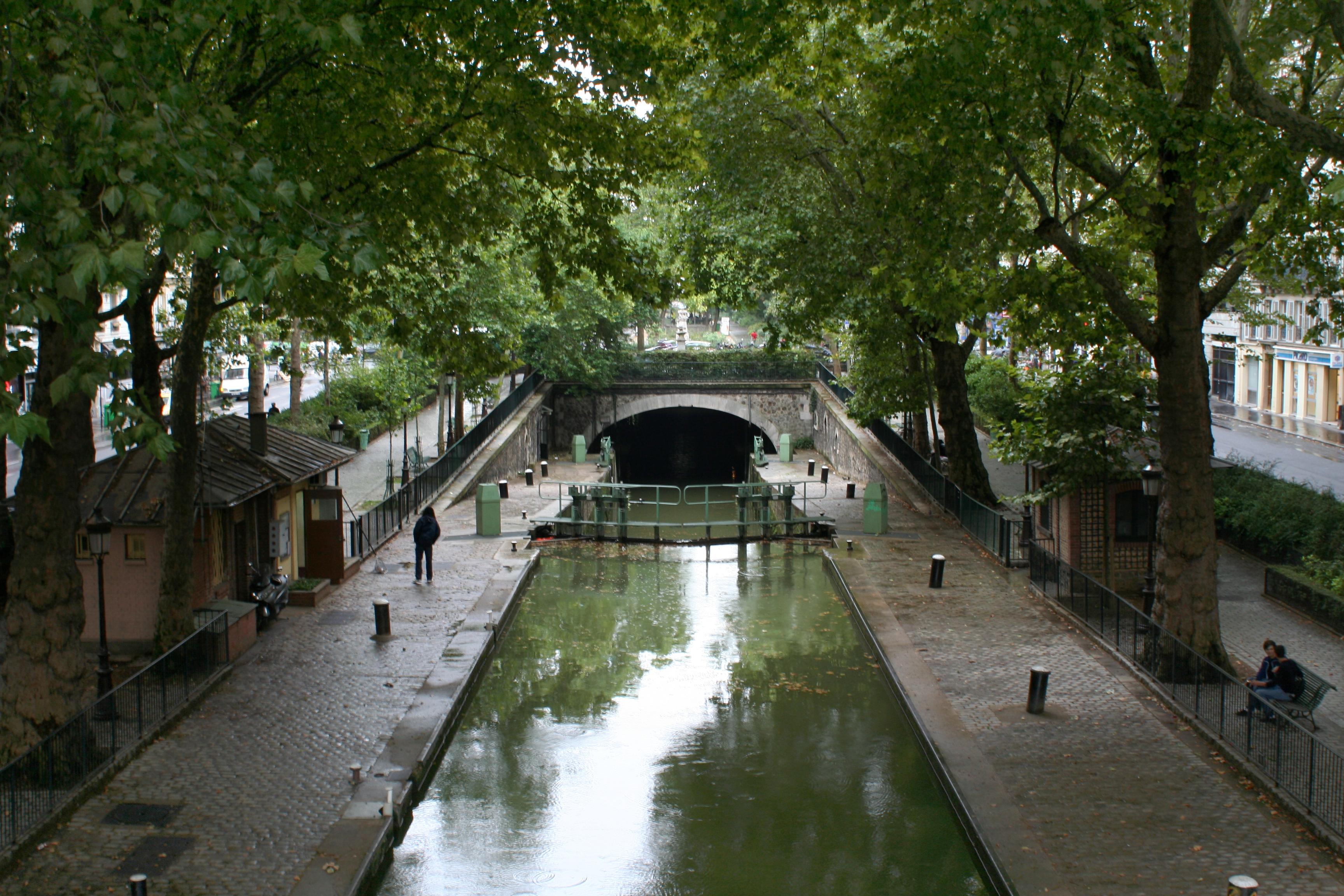 Canal St Martin Canal_Saint-Martin,_écluse_du_Temple,_vers_l%27aval